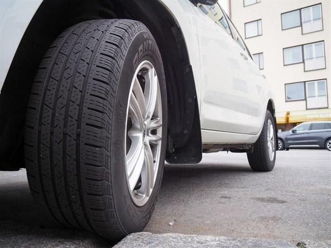 Denna Jakobstadsbil har kvar slityta på däcken. Finländarna har tagit hand om sina bildäck, enligt studien som har genomförts av Bilförbundet denna vecka.