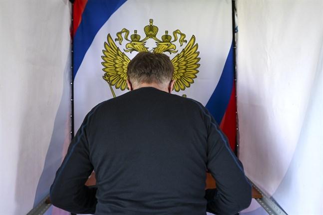 En oljearbetare i valbåset under förtidsröstning i Tjumen i Ryssland på torsdagen.