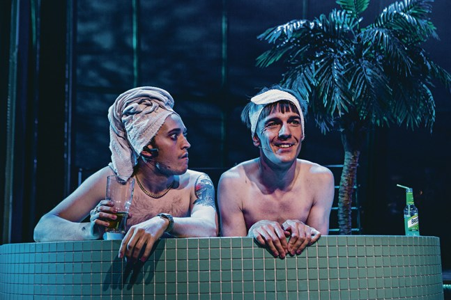 Publiken får under föreställningen både följa med besättningen ombord och ta del av en kryssning med vännerna Bertel (Axel Åhman) och Dan-Ole (Kevin Holmström).