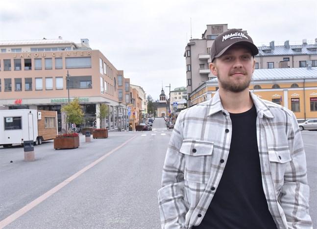 Nykarlebybon Carl-Axel Braskén har blivit Jakobstadsbo, men det har inte tagit kål på kärleken till moderklubben Muik Hockey. En ny säsong i Finlandsserien står för dörren och i lördagens hemmapremiär väntar JHT.