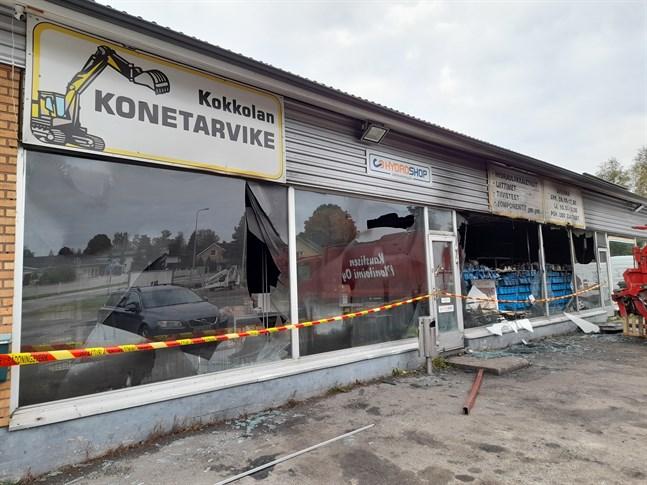 En butiksfastighet drabbades av en kraftig brand under torsdagskvällen.