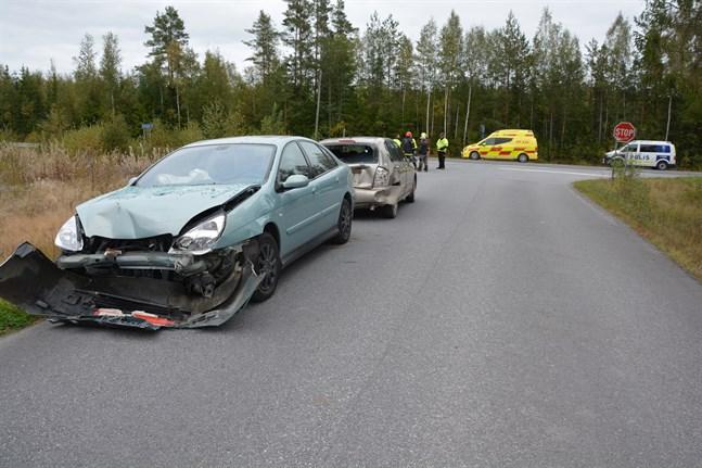 Bilarna som kolliderade fick omfattande plåtskador. De rullades in på Fagerövägen i väntan på bärgningsbil.