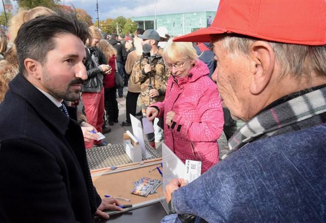 Demonstranterna delade ut alternativa hälsopass till ovaccinerade finländare på lördagen.