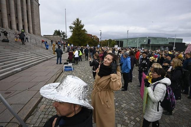 Demonstrationen utanför riksdagshuset var en protest mot coronarestriktioner och vaccinationer av barn.