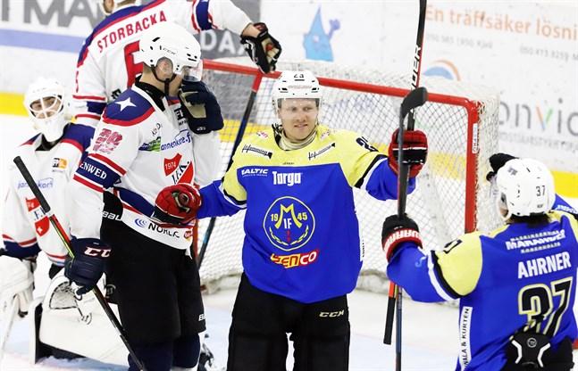 Markus Nässlin firar tillsammans med Joackim Ahrner efter att han styrt in 4–4-målet bakom Atte Korkiakangas.
