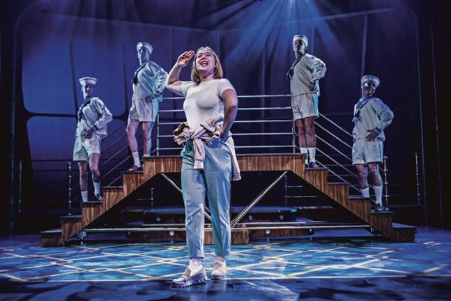 Botnia Paradise handlar om drömmar och vänskap. Barnklubbsledaren Julia (Mathilda Kruse) drömmer om att bli kapten. I bakgrunden Kevin Holmström, Johan Aspelin, Markus Lytts, Jakob Norrgård.
