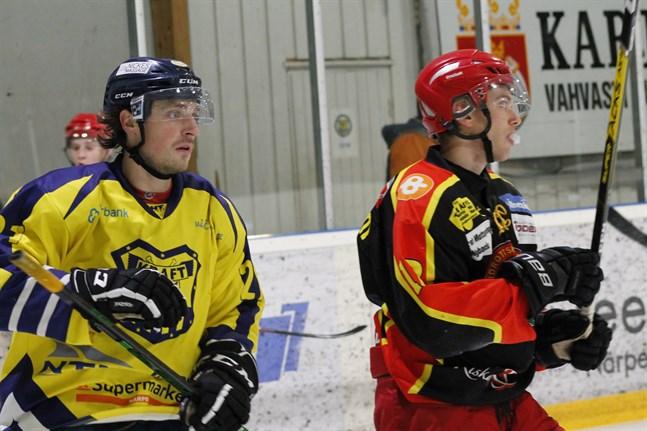 Maris Dilevka var kung på isen då Kraft mötte IK Kronan. Här har han nyss petat in 2–0 bakom Will Bray i gästernas mål.