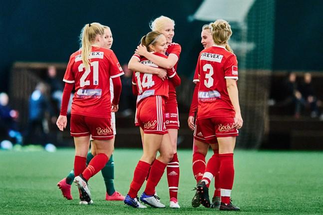 Kram! Tilda Råtts (14) firar matchens första mål med sina lagkamrater.