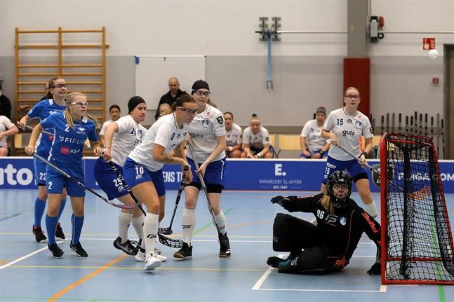Sofia Lahti (2) inledde målskyttet i Blue Fox. Bakom henne skymtar Sofia Holm.