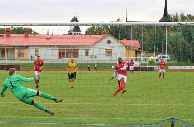 Junior Oyono sätter 1–0 från straffpunkten. Han antecknades för två mål i matchen.