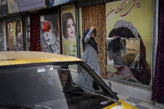 Sedan talibanerna tog kontroll över Kabul har flera bilder på kvinnor vid skönhetssalonger blivit övertäckta eller nedtagna. Bild från den 12 september.