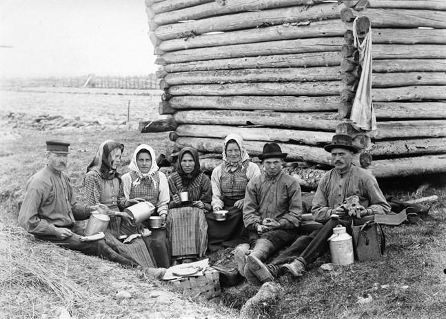 Människor i Övermark kyrkoby 1910. Svenska litteratursällskapets äldsta samlingar har införts på Unescos internationella register för världsminnen.