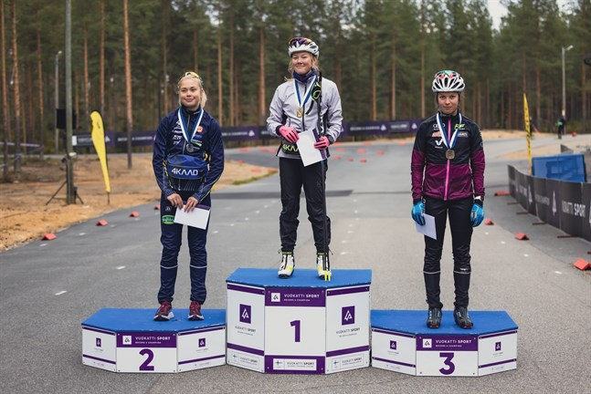Felicia Krook, till vänster, tog ett FM-silver på rullskidor i Vuokatti. Etta var Tuuli Raunio och trea var Sofia Tivinen.