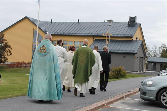 Processionen leddes av Harry Öst, Barbro Öst, Tom Wiklund, Niklas Wallis, Ville Kavilo och biskopen. Det nya församlingshemmet ligger på en vacker plats ett stenkast från kyrkan.