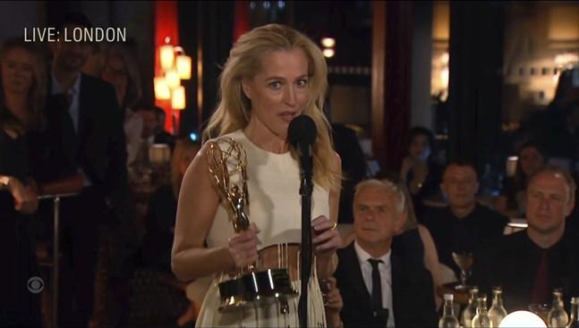 """Gillian Anderson tillhör """"The crown""""-vinnarna på Emmygalan. Hon fick priset för bästa kvinnliga biroll i en dramaserie."""