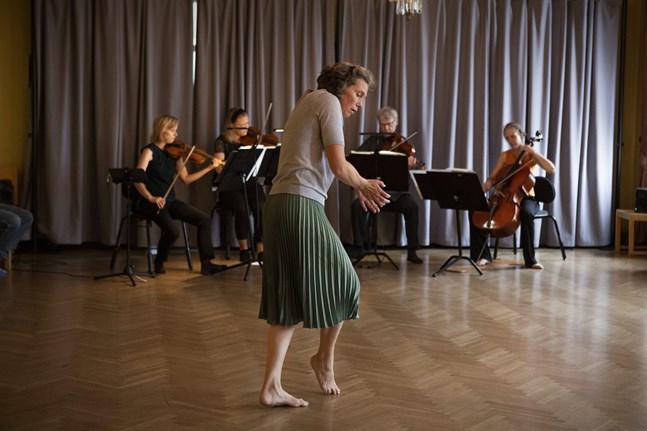 På scenen: koreografen och dansaren Mia Malviniemi. I bakgrunden: musikerna Eija Pääkkönen, Annica Brännskär, Ari Hanhikoski och Ulla Lampela.