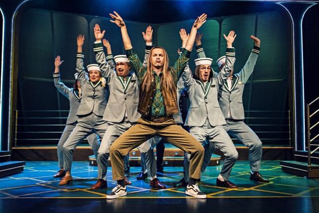 """I """"Botnia Paradise"""" sjunger och dansar bland andra May Schjörlien, Tove Qvickström, Jakob Norrgård, Markus Lytts, Kevin Holmström och Jonas Bergqvist."""