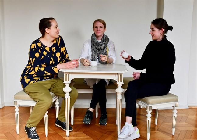 Dramaturgen och projektledaren Nina-Maria Häggblom, skådespelaren Sophia Heikkilä och publikarbetaren Domnike Himonas vid Svenska Teatern i Helsingfors ser alla positivt på utvecklingen av digitala teaterupplevelser.