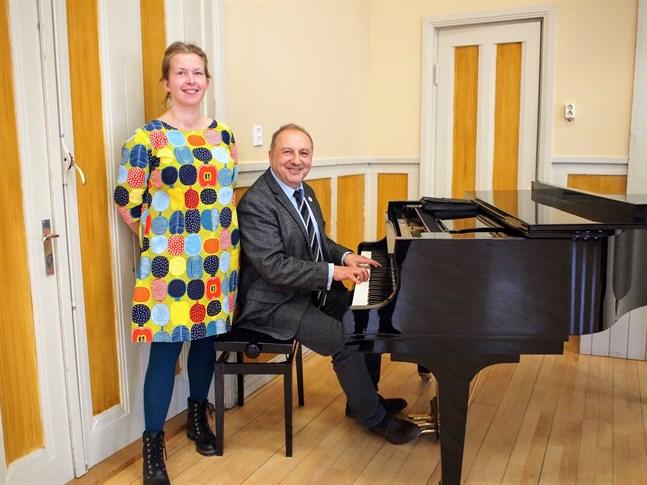 Att lördagens konserter med  Zsolnay Zsolt blir i just Svenska Gården beror på pianot som står där, säger kultursekreterare Marja-Leena Hyytinen.