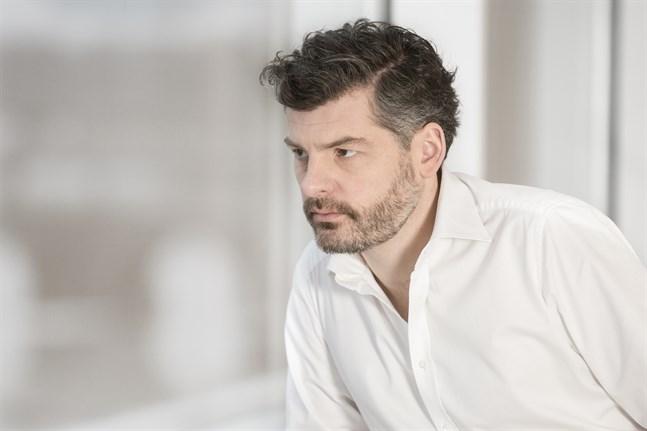Dirigenten Johannes Gustavsson har samarbetat med Mellersta Österbottens Kammarorkester tidigare och fungerade som en av orkesterns fyra kapellmästare 2009–2013.