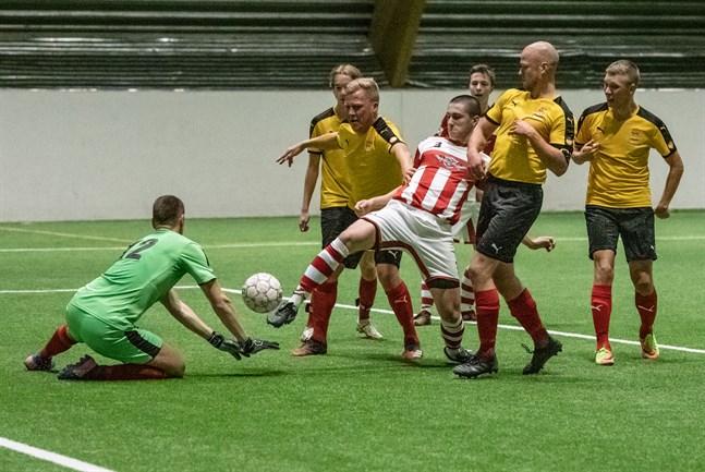 Tät kamp framför Pedersöre FF:s mål som vaktas av Johan Grannas. Det är GBK:s Robert Masumi, omringad av Daniel Wik och Teemu Lillrank som försöker göra mål för hemmalaget.