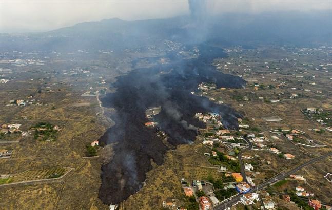 Tusentals personer har evakuerats på grund av den flödande lavan på kanarieön La Palma.