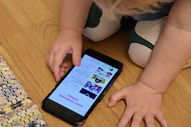 Finländska forskare visar att det finns ett samband mellan småbarns skärmtid språkutveckling.