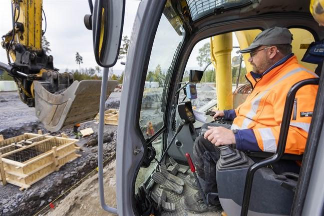 Patrick Berg är företagare inom schaktning. Han säger att arbetsmängden ökat rejält under pandemin och att det är svårt att få tag på grävmaskinförare.