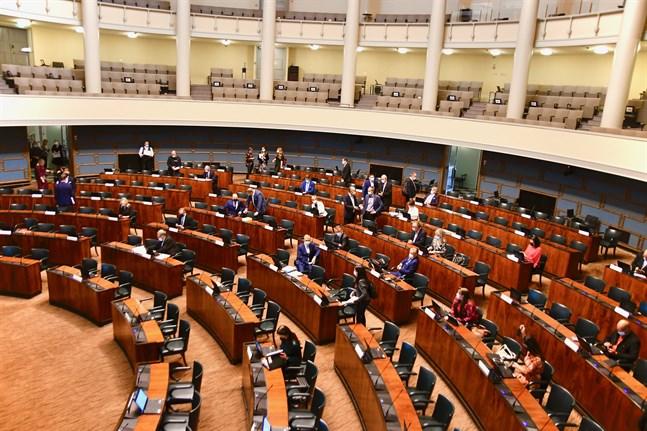 Remissdebatten om coronaintyget sprängde skiljelinjen mellan regeringspartier och oppositionen på onsdagen.