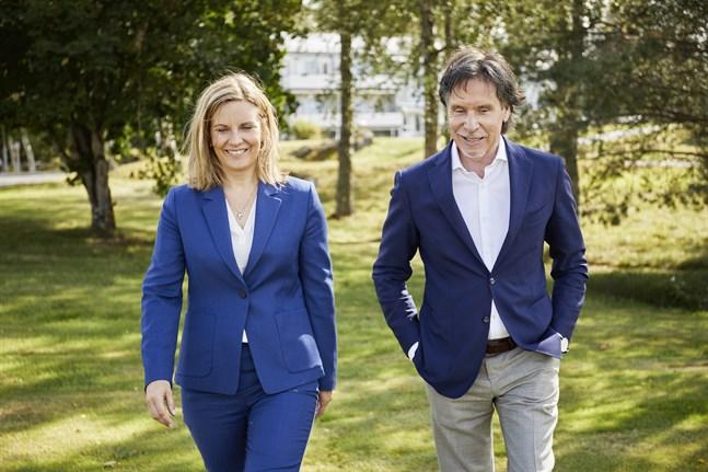 Suvi Markko, vd på Dermoshop, och Henry Backlund, grundare och styrelseordförande, är glada över det fina priset.