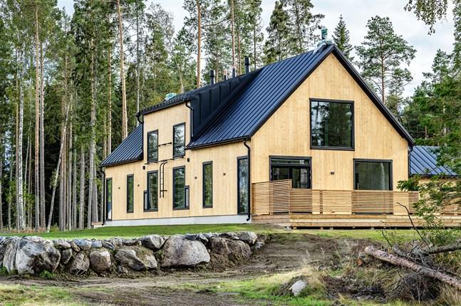 En hybrid av en skånelänga och ett österbottenhus, hållbart, tidlöst och ekologiskt beskriver arkitekten Ann-Charlott Hästö det nya parhuset intill Bådavägen.