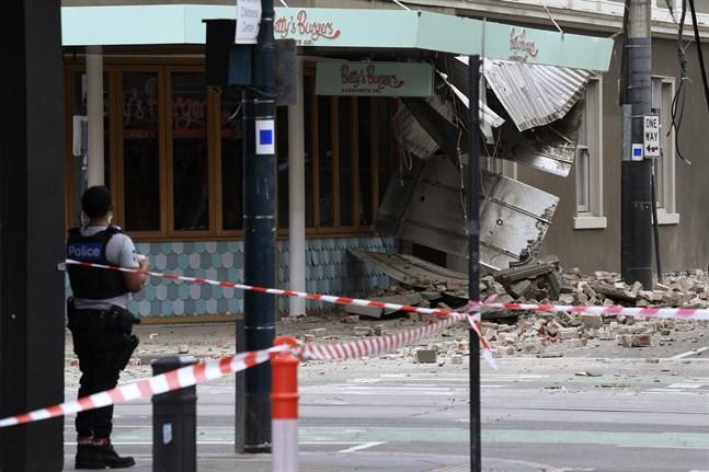 En korsning i storstaden Melbourne, i den australiska delstaten Victoria, har spärrats av sedan delar av en byggnad rasat.