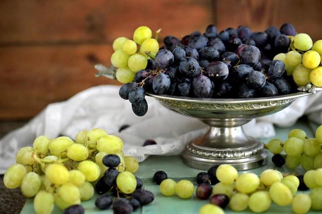 Vindruvorna mognar för fullt just nu. Varför inte använda dem i maten?