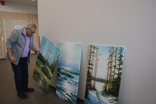 Tavlor av den här modellen passar bra i offentliga miljöer, tycker Stig Rosenlund. Han har satsat på naturmotiv från Närpes.