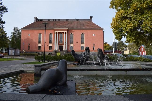 Karleby stadsteaters hus, det före detta skyddskårshuset, är en av de mer än 40 byggnader som ska lysa i grönt.