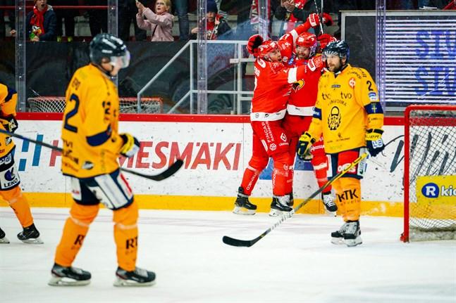 Sebastian Stålberg (till vänster) satte 4–0 i numerärt underläge, framspelad av Shaun Heshka.