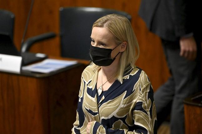Sannfinländarnas Riikka Purra deltog i kritiken av coronapasset under riksdagens frågetimme.