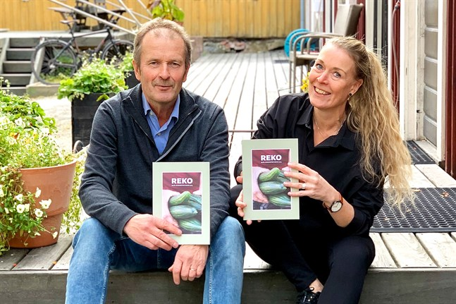 Rykande färsk från tryckeriet. Thomas Snellman och Sonja Finholm har jobbat med Rekohistoriken cirka ett år.