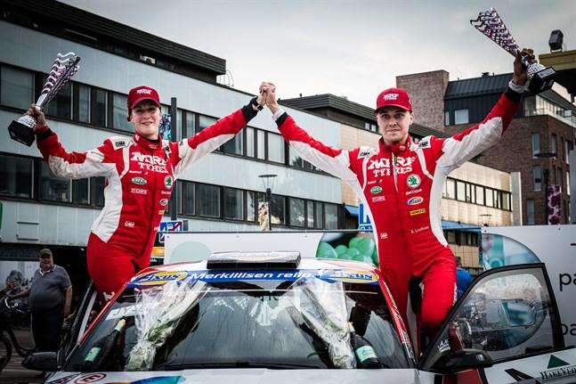 Reeta Hämäläinen och Emil Lindholm jublar efter segern i Seinäjokirally i juni.