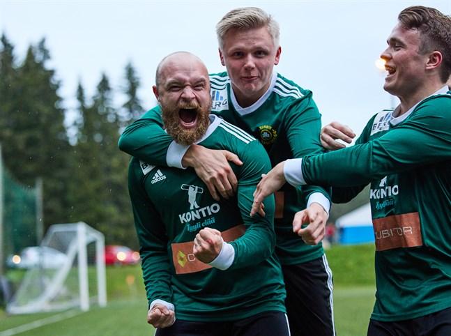 Daniel Geisor, Tobias Björkqvist och Hugo Back firar Geisors 0–2-mål.