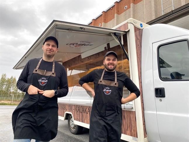 Markus Sandvik och Jonas Haglund som driver fiskbutiken Trygga Räkan i Nykarleby utvidgar med en mobil fiskebod som nästa vecka börjar trafikera Jakobstad, Karleby och Kaustby.