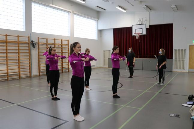 Drillflickorna tränar en gång i veckan. Här lär ledarna Erika Vesterlund och Emma Backman ut en ny koreografi. Drillgruppen består av Kinga Krzeszowiec, Anna Svedman, Emilia Wilson, Ellen Nygård, Marta Piliptsevich, Linnea Långell och Jenna Böling.