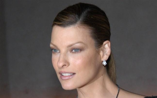 Linda Evangelista 2005, tio år innan hon säger sig ha fått sitt ansikte förstört av ett ingrepp.