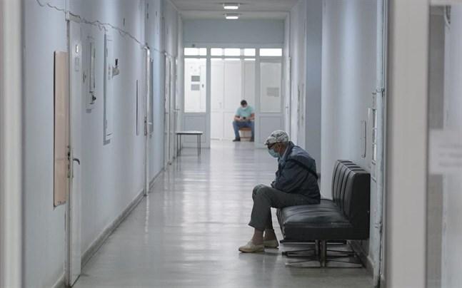 Män i en sjukhuskorridor i Veliko Tarnovo i Bulgarien. Antalet döda i covid-19 i landet stiger nu kraftigt.