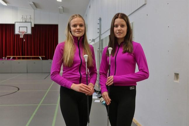 Jenna Böling och Ellen Nygård är 15 år och bor i Närpes. Det roligaste med att drilla är att få uppträda och åka på resor, säger de.