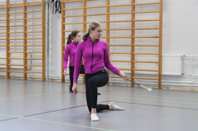 Här tränar Emilia Wilson teknik. I bakgrunden syns Ellen Nygård.