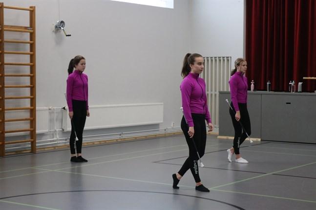 Ellen Nygårds, Kinga Krzeszowiec, Emilia Wilson intar sina positioner för en koreografi.