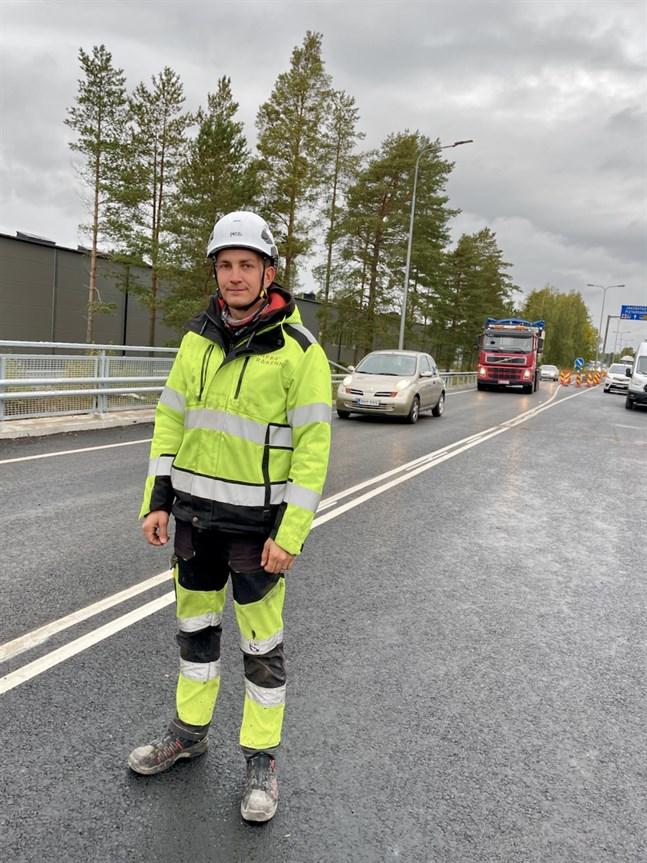 Arbetsledare Herman Kenkkilä är nöjd med slutresultatet av den nybyggda bron.