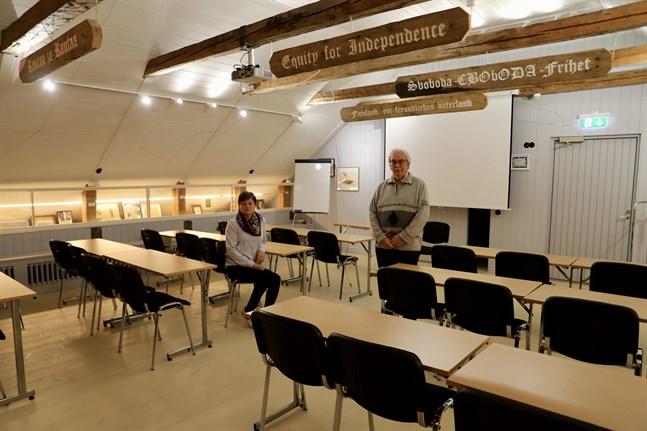 May-Britt Audas och Håkan Nylund i det nya konferensrummet uppe på tredje våningen vid Tottesunds herrgård. Längs väggarna finns också en utställning av Finlands historia.