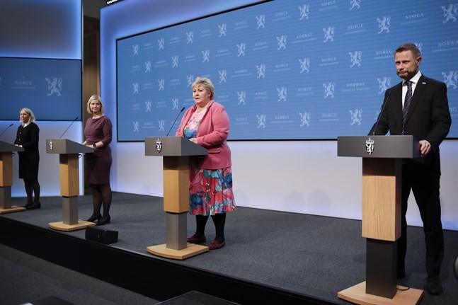 Statsminister Erna Solberg och hennes ministrar Guri Melby, Bent Høie och Monica Mæland på fredagens presskonferens.